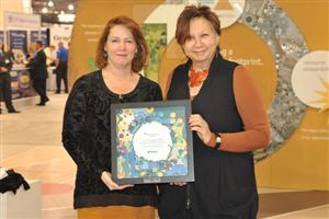 Diane Martel (Tarkett/Johnsonite) presents Restart Award to Nationwide Childrens Hospital